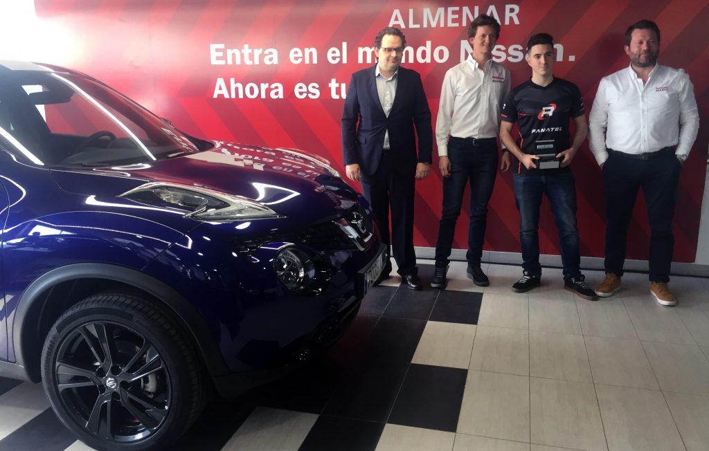 Sergio Torregrosa, gerente Nissan Almenar, el piloto de Nissan Lucas Ordóñez, el ganador del premio, Fernando Perpiñán, y Francesc Corberó, director de Comunicación de Nissan Iberia.