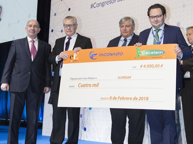 Enrique y Sergio Torregrosa recogiendo el cheque destinado a Casa Caridad Valencia.