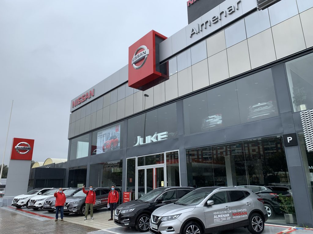 Miembros de Cruz Roja recogen la flota cedida por Nissan Almenar